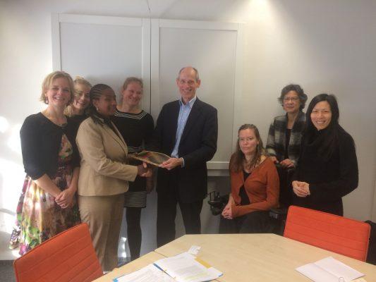 Leden van DCDD die de seksuele en reproductieve gezondheid en rechtenambassadeur van het ministerie van Buitenlandse Zaken ontmoeten, Lambert Grijns