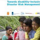 """Blauwe tekst zegt """"Op weg naar handicap inclusief rampenrisicobeheer"""" op een witte achtergrond, onder een foto van bezorgd uitziende mensen"""